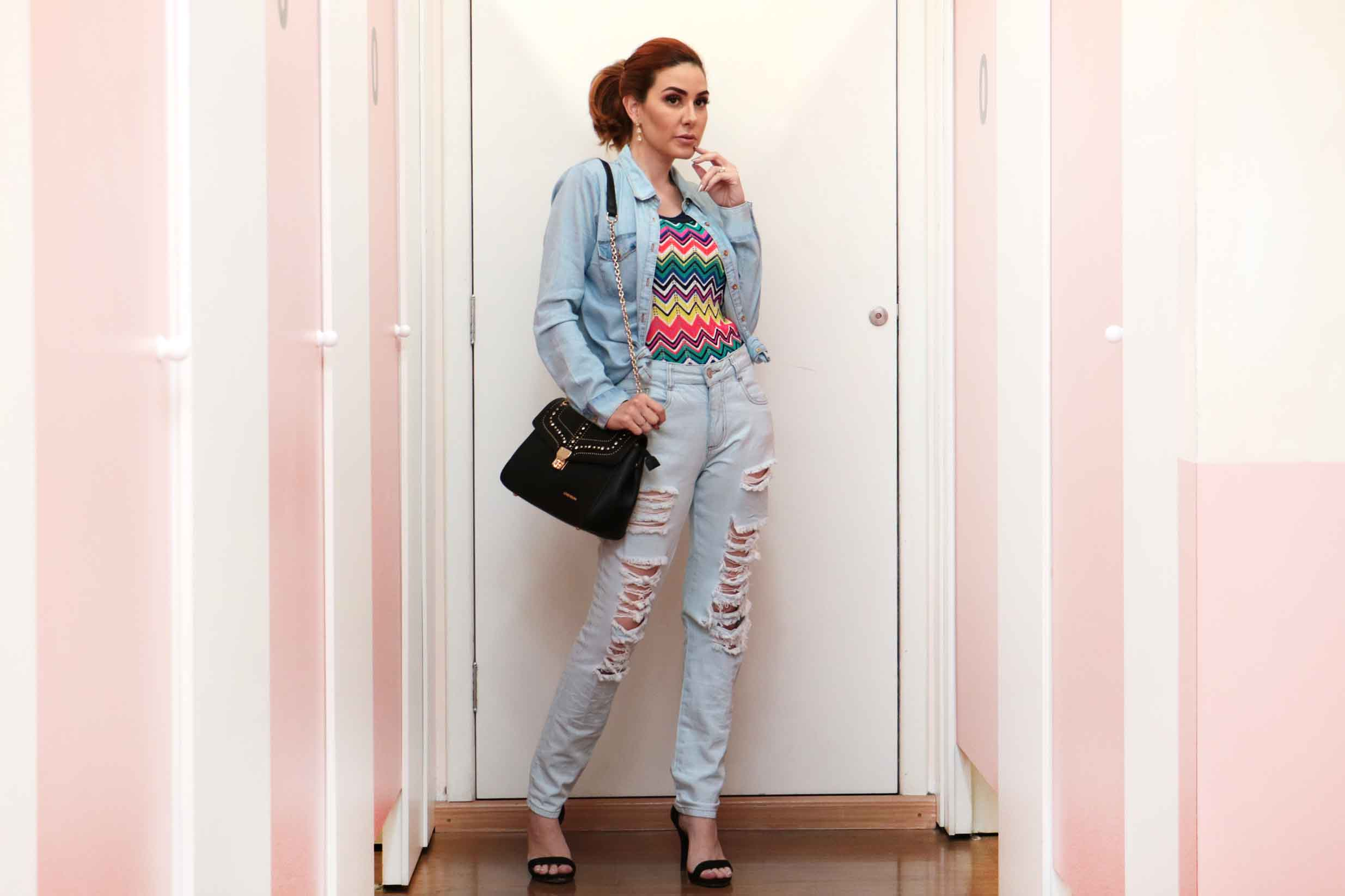Look all jeans estilo fashionista. Calça rasgada e camisa jeans aberta.