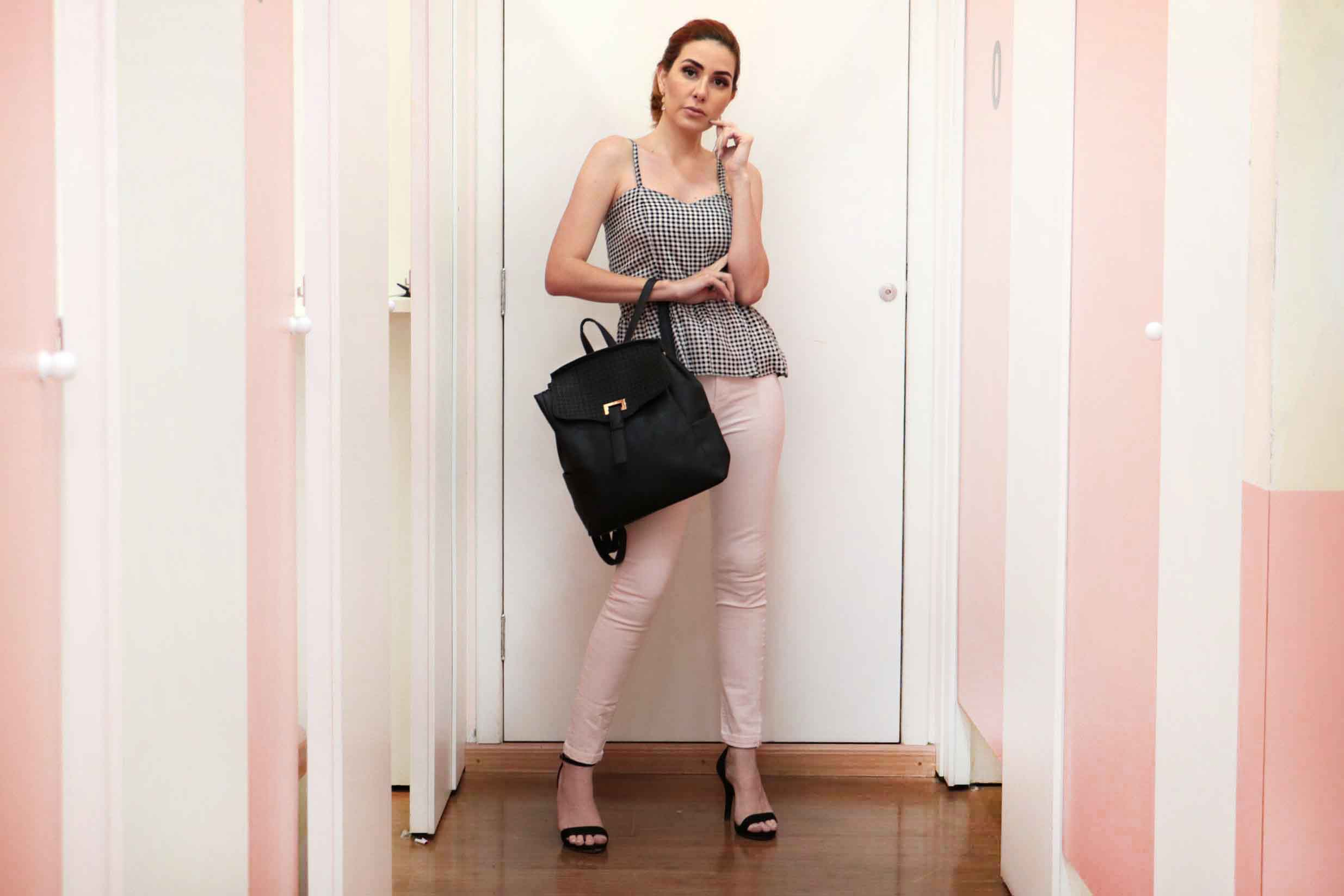 Regata vichy, calça hot pants jeans rose e mochila preta